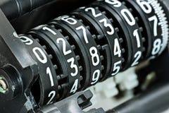 Marcador mecánico con diversos números blancos en coun negro Foto de archivo libre de regalías