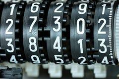 Marcador mecánico con diversos números blancos en coun negro Imagen de archivo libre de regalías