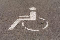 Marcador para um lugar de estacionamento deficiente no asfalto foto de stock
