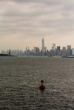 Marcador rojo del canal con Nueva York en fondo Imágenes de archivo libres de regalías