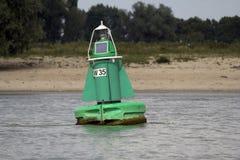 Marcador verde en un río Foto de archivo