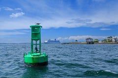 Marcador y barco de cruceros verdes del canal Fotos de archivo libres de regalías