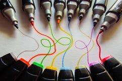 Marcadores coloreados con las líneas que vienen de ellas fotos de archivo