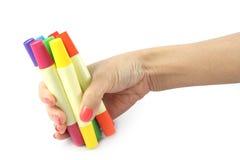 Marcadores coloreados disponibles en el fondo blanco Fotografía de archivo libre de regalías