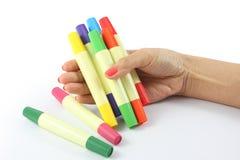 Marcadores coloreados disponibles en el fondo blanco Fotos de archivo libres de regalías