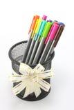 Marcadores coloreados en cesta en el fondo blanco Foto de archivo libre de regalías