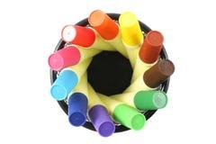 Marcadores coloreados en cesta en el fondo blanco Imágenes de archivo libres de regalías