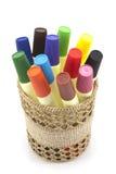Marcadores coloreados en cesta en el fondo blanco Fotografía de archivo