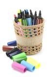Marcadores coloreados en cesta en el fondo blanco Fotos de archivo libres de regalías