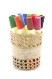 Marcadores coloreados en cesta en el fondo blanco Fotos de archivo