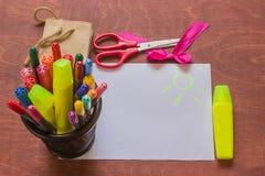 Marcadores coloridos, bolsos de papel, del regalo, tijeras y BO decorativa Foto de archivo libre de regalías