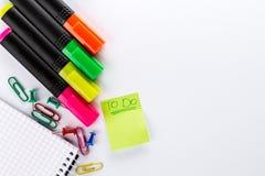 Marcadores coloridos diferentes com os acessórios do escritório para negócios em w Fotos de Stock