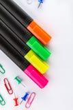 Marcadores coloridos diferentes com os acessórios do escritório para negócios em w Fotografia de Stock Royalty Free