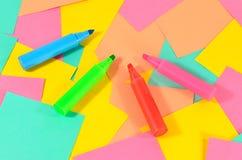 Marcadores coloridos no fundo dos cartões coloridos Foto de Stock