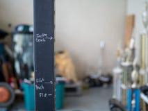Marcadores de forma precipitada garabateados del ejercicio en el estante del peso Imagenes de archivo