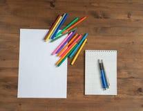 Marcadores multicoloridos, folha de papel e caderno Foto de Stock