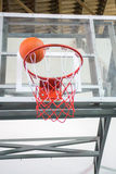 Marcando o vencimento aponta em um jogo de basquetebol Imagens de Stock