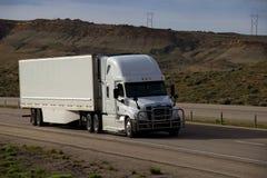 MARCAS blancas del Semi-camión QUITADAS imagenes de archivo