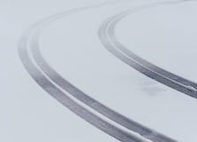 Marcas curvadas do passo do pneu foto de stock royalty free