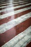 Marcas de camino diagonales rojas y blancas para los coches de bomberos imagenes de archivo