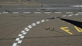Marcas de la pista de despeque del aeropuerto imagenes de archivo