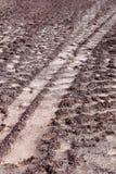 Marcas de la pista del tractor en el fango Fotografía de archivo