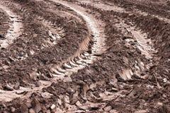 Marcas de la pista del tractor en el fango Fotografía de archivo libre de regalías