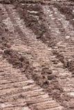 Marcas de la pista del tractor en el fango Imagen de archivo libre de regalías