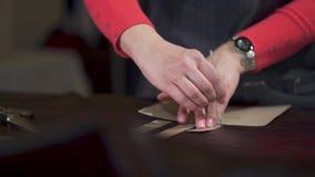 Marcas de mestre a pele animal tratada Aplica e segue um molde do cartão em uma oficina pequena do ofício video estoque