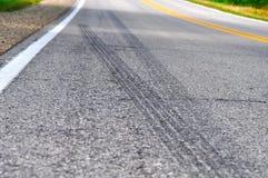 Marcas de patim ao longo de uma estrada secundária Fotos de Stock