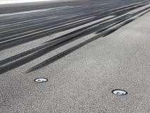 Marcas de patim na pista de decolagem imagem de stock