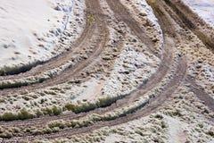 Marcas del neumático en coverer del camino con nevadas fuertes imágenes de archivo libres de regalías