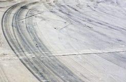 Marcas del neumático en el camino Imagen de archivo libre de regalías