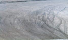 Marcas del neumático en pista del camino foto de archivo libre de regalías