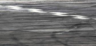 Marcas del neumático en pista del camino fotos de archivo