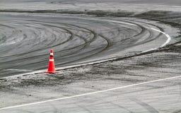 Marcas do pneu na trilha da estrada fotografia de stock