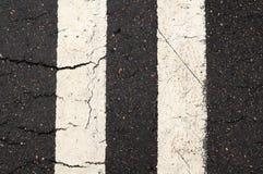 Marcas Double-Line blancas en el camino Fotos de archivo