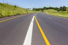 Marcas pintadas carretera del camino Foto de archivo libre de regalías