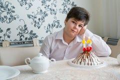 Marcas solas del adolescente trastornado al trigésimo cumpleaños Fotos de archivo libres de regalías