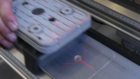 Marcatura del laser sul CNC a macchina di legno per produzione industriale della mobilia stock footage