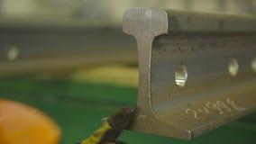 Marcatura delle rotaie da una persona archivi video