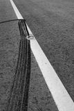 Marcature del freno su una strada del catrame Immagini Stock Libere da Diritti