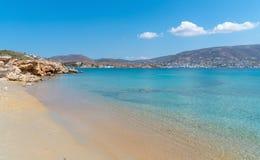 Marcello strand och den Agios Fokas - Cyclades ön - Aegean hav - Paroikia Parikia Paros - Grekland royaltyfri foto