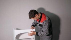Marceneiro novo que cria o armário de madeira video estoque