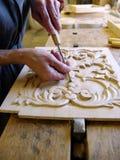 Marceneiro que trabalha em uma parte de madeira Fotografia de Stock