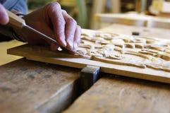 Marceneiro que trabalha em uma parte de madeira Imagem de Stock Royalty Free