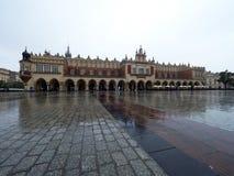 Marché à Cracovie pendant la pluie Photos stock