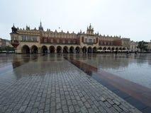 Marché à Cracovie pendant la pluie Image libre de droits
