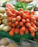 Marché à Torrevieja, Espagne, avec des carottes, panais, persil, pommes de terre à vendre Photographie stock