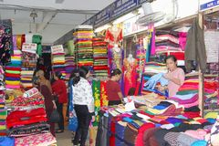 Marché achat-vente de Xuan de magasin de tissus en soie de femmes, Hanoï, Vietnam photo stock